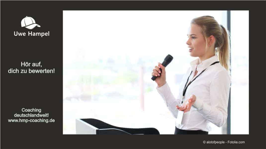 Doch gerade im Berufsleben ist ein sicheres Auftreten extrem wichtig, weil man immer wieder vor der Herausforderung, eine Präsentation halten oder vor Publikum sprechen zu müssen steht. Man befürchtet dabei, sich lächerlich zu machen, inkompetent zu wirken oder sein Publikum zu langweilen.